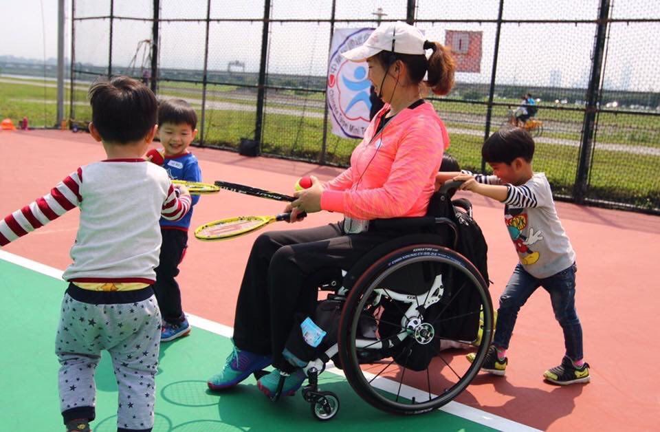 前臺灣輪椅網球好手呂嘉儀,曾多次代表國內參與兩屆帕運(身障奧林匹克運動會)與六屆亞帕運賽事,擁有20年以上的輪椅網球資歷於去年決定轉戰輪椅羽球,希望藉由不同運動項目的挑戰,以自己親身經歷,告訴身障者要多去嘗試挖掘屬於自己的可能性,而呂嘉儀也未因投入輪椅羽球,而停止輪椅網球的教學及推廣,並希望能與更多從事不同身障運動項目的人士攜手合作,替身障者創造出優質運動環境,且建立身障者的自信。  無障礙空間是為任何人所設置  無障礙空間不單是只為身障者而設置,呂嘉儀認為任何人都有可能使用到無障礙空間,這樣的觀念得先建立,「無論是一般人或身障者,人肯定會老化,都有可能成為行動不便的候選人。」一般人不要認為自己永遠就沒有使用無障礙空間的需求,畢竟人都會老,畢竟到了一定年齡,身體很多功能也會逐漸退化,不用過度區分身障者和高齡者。  甚至很多帕運選手原本都是一般人,但可能一瞬間或突然遭遇某些意外或病變就成為身障者,未來會發生什麼事難以預料,「無障礙空間的建置需要長期時間去建設,所以得先具備這樣的觀念。」即便現在有在推廣身障運動課程,但希望能持續辦理和推廣,「否則訓練班課程結束,很多身障者就不知道去那裡運動。」建立這樣的思維不僅有備無患,也替任何人的老化做準備,「甚至有時受傷需要坐輪椅,也是需要使用無障礙空間,只要觀念改變,很多事情的推廣就會變得理所當然。」  上天給予的禮物  經常受邀到許多單位進行演講的呂嘉儀,對於如何鼓勵身障朋友保持樂觀且正向的態度,她提到早期自己也是安慰身障者接受事實,但未必每位身障者都願意承認發生在自己的現況,於是現在都告訴身障者,「成為身障者或許是上天給予的禮物!」如果身障者願意敞開心胸,其實身障者能找到自己生存的價值和責任。  從事輪椅網球讓呂嘉儀明白運動好處,且更加具有自信,甚至代表臺灣出征帕運,更讓她擁有推廣身障運動的使命感,「成為帕運國手,讓我明白運動好處,也讓我想對社會盡到推廣身障運動的義務。」努力改善臺灣對於身障者的運動環境,「幫助下一位身障者解決運動和生活上的困境,我覺得許多身障者都能辦到,況且正因為自己同樣也是身障者,更能感同身受。」  這是呂嘉儀這幾年推廣身障運動得到的啟發,當遇到跟自己有相同症狀的身障者,該如何給予幫助,是許多身障者得學習的課題,也可從幫助別人獲得生存的價值,相信身障者是絕對有能力幫助到更多人,甚至當身障者出來運動,也能減輕家裡負擔,「身障者不要太怨天尤人,其實照顧者的壓力更大。」當身障者開始能獨立生活,甚至因為運動,進而代表國家比賽,為國爭光,不僅家人、國家會以你為榮,也會發現自己還有更多的可能性和未來。  轉戰輪椅羽球激發無限可能  去年由於年齡增長,加上自認很難再像過往適應長時間的日曬,呂嘉儀決定嘗試與輪網較為類似的輪椅羽球,「我一直都對羽球很感興趣,羽球跟網球很類似,且不受天氣影響,可惜早期國內輪椅羽球尚未盛行,先前羽球比賽大都只有站立組,直到這幾年才有輪椅組。」輪椅羽球近幾年也被列入帕運項目。  目前接觸輪椅羽球已滿一年,畢業於臺北市立大學的呂嘉儀很感謝北市大羽球專長的學弟協助她訓練及推廣,更分享她學習輪椅羽球的趣事,「剛開始都還是用網球方式打,都退到很後面接球,輪椅羽球著重選手敏捷度和手眼協調,而且羽球場比網球場小,輪椅輕輕一推就到,不像之前在網球場有時得用力推。」但輪椅羽球相對也較沒有身材上的限制,近幾年國際頂尖輪椅羽球選手大都來自日本、韓國、香港等亞洲國家。  可惜臺灣對輪椅羽球仍較為陌生,呂嘉儀秉持當初推廣輪椅網球信念,希望能有更多身障者一同參與輪椅羽球,當然也不會因轉往投入輪椅羽球,就放棄輪椅網球的推廣和教學,甚至還希望能帶動不同身障運動發展,「畢竟不是任何人都適合輪椅網球和羽球,有的人可能就比較喜歡擊劍,藉由某項運動,進而推廣不同項目的身障運動,才能更有效率增加身障者的運動趣味性和成就感。」  呂嘉儀也經常鼓勵自己不要自我設限,推廣身障運動對她而言是件相當快樂且幸福的事,相信不管任何運動,只要多站在和身障者相同立場思考,身障者也會感受到許多溫暖,學習讓自己逐漸成長,激發自己無限的潛能,並且經由運動結交更多好朋友。